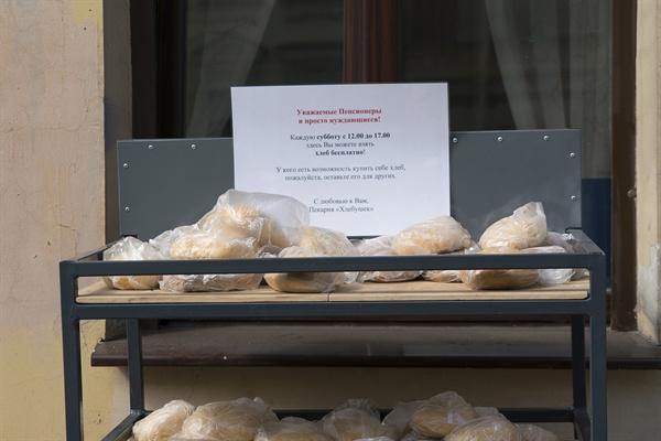 빵집이 배고픈 사람들을 위해 빵을 내놓았다.