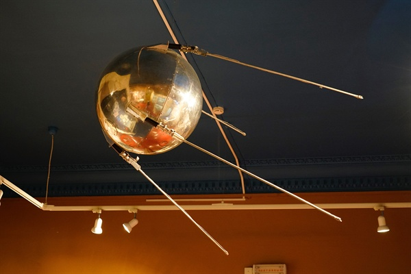 세계 최초의 인공위성 '스푸트니크' 모형.