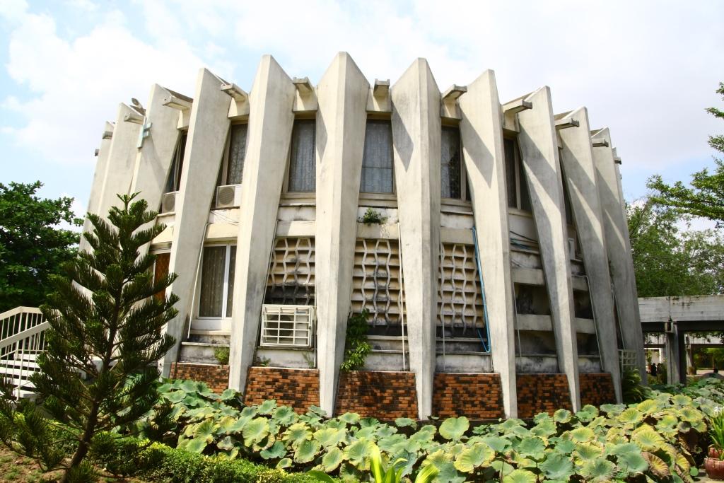 노로돔 시하누크 국왕의 지시에 따라 건축가 완 몰리완이 설계를 맡아 완공한 왕립프놈펜대학교 도서관 전경.