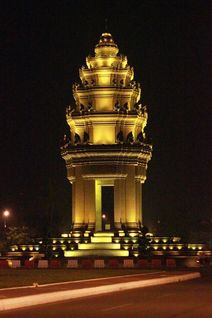 90년 프랑스 통치지배로부터 해방된 것을 기념하기 위해 건립한  독립기념탑. 이 조형물 역시 1962년 건축가 완 몰리완이 국왕의 명령에 따라 크메르양식의 전통미와 현대적 감각을 살려 만든 걸작품이다.