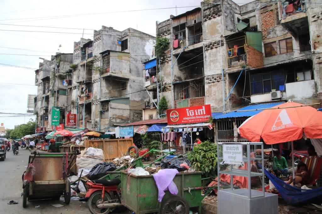 수도 프놈펜 도시흉물의 대표적 상징이었던 화이트 빌딩  지난 달 일본계기업이 개발에 나서 결국 역사속에 사라진 이 건물은 완 몰리완이 직접 설계한 건물은 아니지만, 60년대 초 그는 이 오래된 아파트를 포함해 바삭지역 대규모 주택단지 조성사업을 총괄지휘했었다.