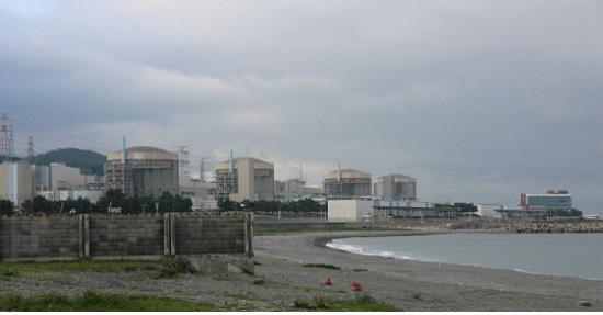 경주시 양남면 나아리 해변을 따라 들어 선 월성 원전 1, 2, 3, 4 호기(왼쪽부터).