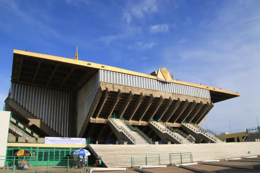 그가 건축가로서 가장 많은 열정을 쏟고, 심혈을 기울여 완성한 프놈펜 올림픽스타디움의 모습. 자타가 인정하는 캄보디아 건축물중 최고로 손꼽히는 작품이다. 다만 십 수년전 대만계기업에 팔려 언제 사라질 지 모르는 운명에 처해 있다.