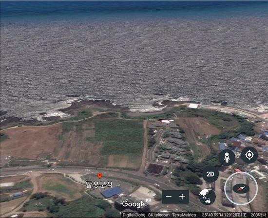 구글 어스로 촬영한 빨봉분식 경주 주상절리점 앞 바다. 김경희씨는 바다를 보며 느낀 공포감을 생생하게 설명했다.