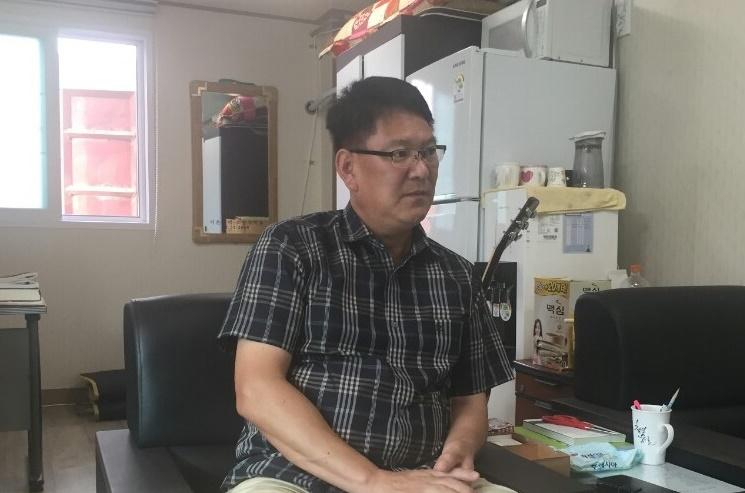 2011년 후쿠시마 사고 때에 이어 지난해 경주 지진으로 부동산 사무소가 거의 '폐점 수준'의 타격을 입었다고 말하는 채성헌 소장.