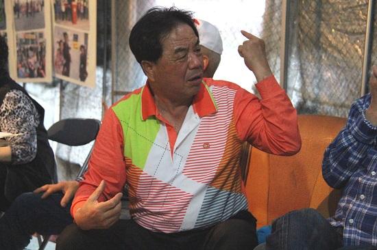 지난 4월 20일 나아리 이주대책위 농성천막에서 9.12 지진 당시 위험했던 순간을 설명하는 김해준씨.
