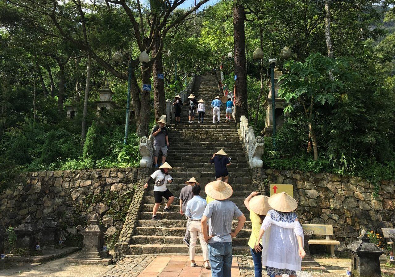옌뜨 사원으로 올라가는 길. 관광을 왔으니 꾸역꾸역 올라가긴 했지만, 가파른 계단과 찌는 더위가 우리를 괴롭혔다.
