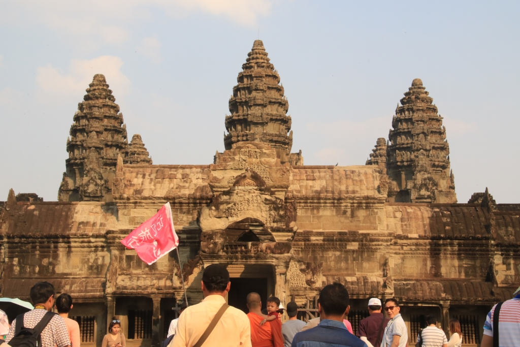 유네스코 지정 세계문화유산인 캄보디아 앙코르와트를 찾은 외국관광객들의 모습.
