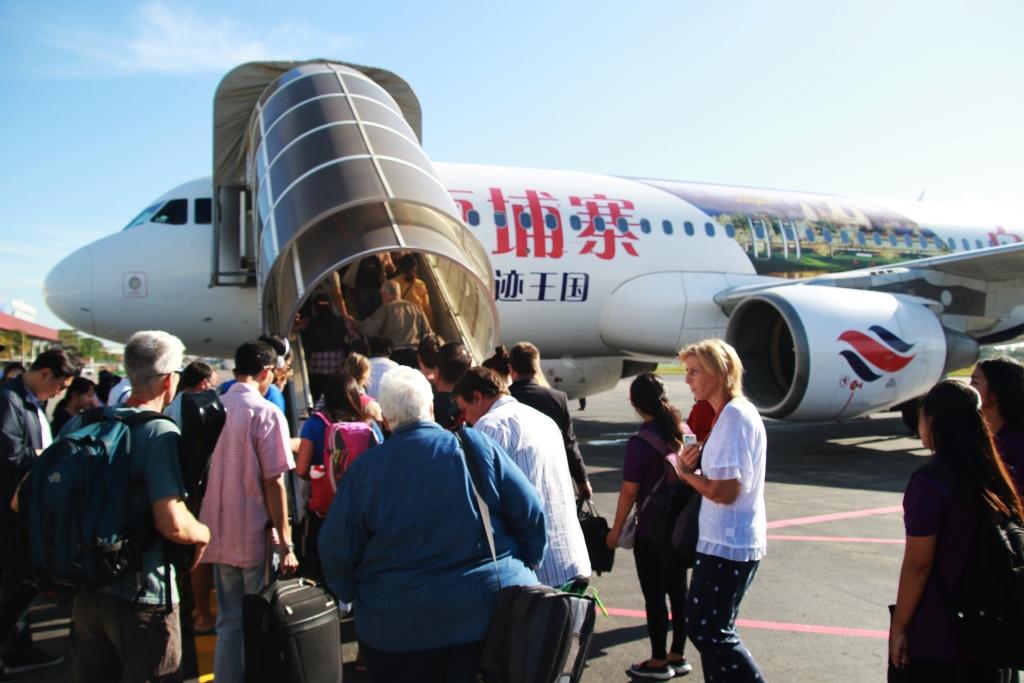 세계적인 문화유산인 앙코르와트를 관광하기 위해 프놈펜출발 국내선항공기에 오르는 외국인 관광객들의 모습.