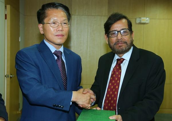 아사두자만 누르(Asaduzzaman Noor) 방글라데시 문화부장관이 29일 경남도청을 방문해 한경호 경남지사 권한대행과 만났다.