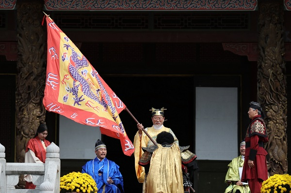 개막식 임금(류한우 군수)에게 온달(개그맨 윤택)이 깃발을 받고 있다.