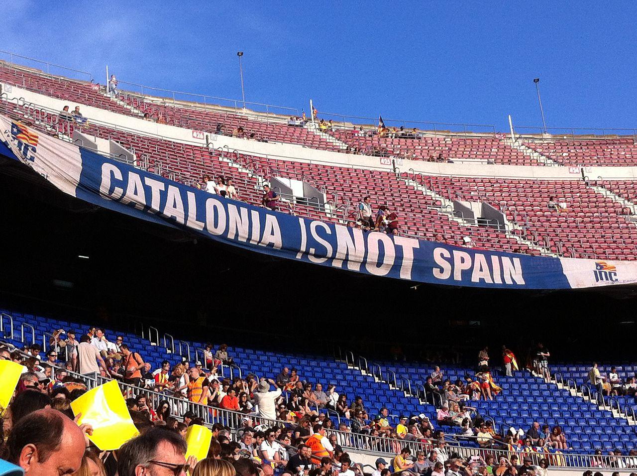 카탈루냐의 독립을 외치는 사람들 .