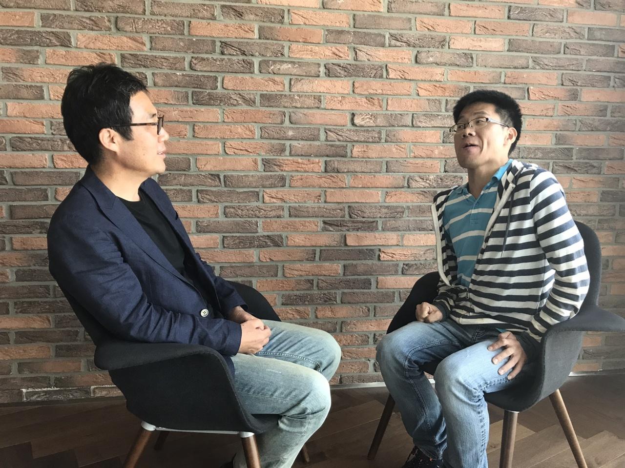 이근행 PD가 <오마이뉴스>와 인터뷰를 하고 있다