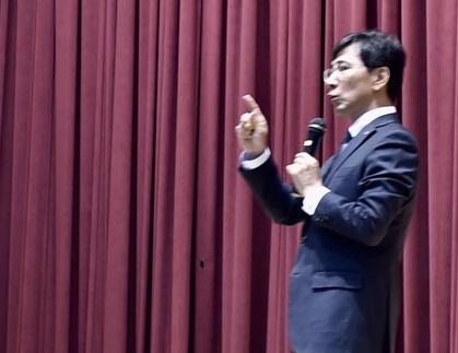 안희정 도지사 안 지사가 지방분권에 대해 강연을 하고 있다.