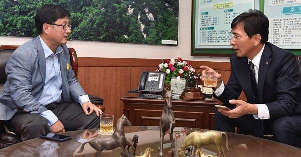 안희정 도지사 안희정 도지사가 강연에 앞서 김성환 구청장과 대화를 나누고 있다.