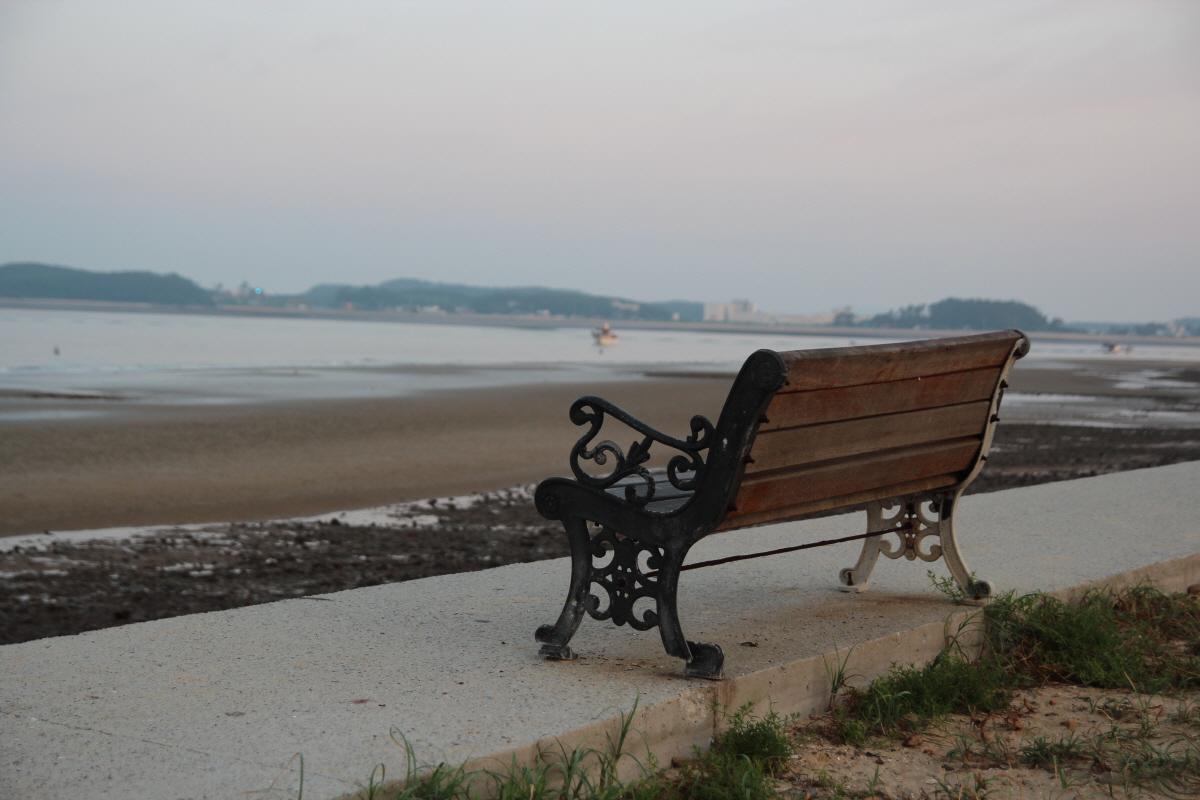백사장 해수욕장에 해변을 바라보도록 앉아있는 긴 의자입니다. 삼봉 쪽으로 나란히 몇 개가 캠핑장 부근으로 연하여 있습니다.