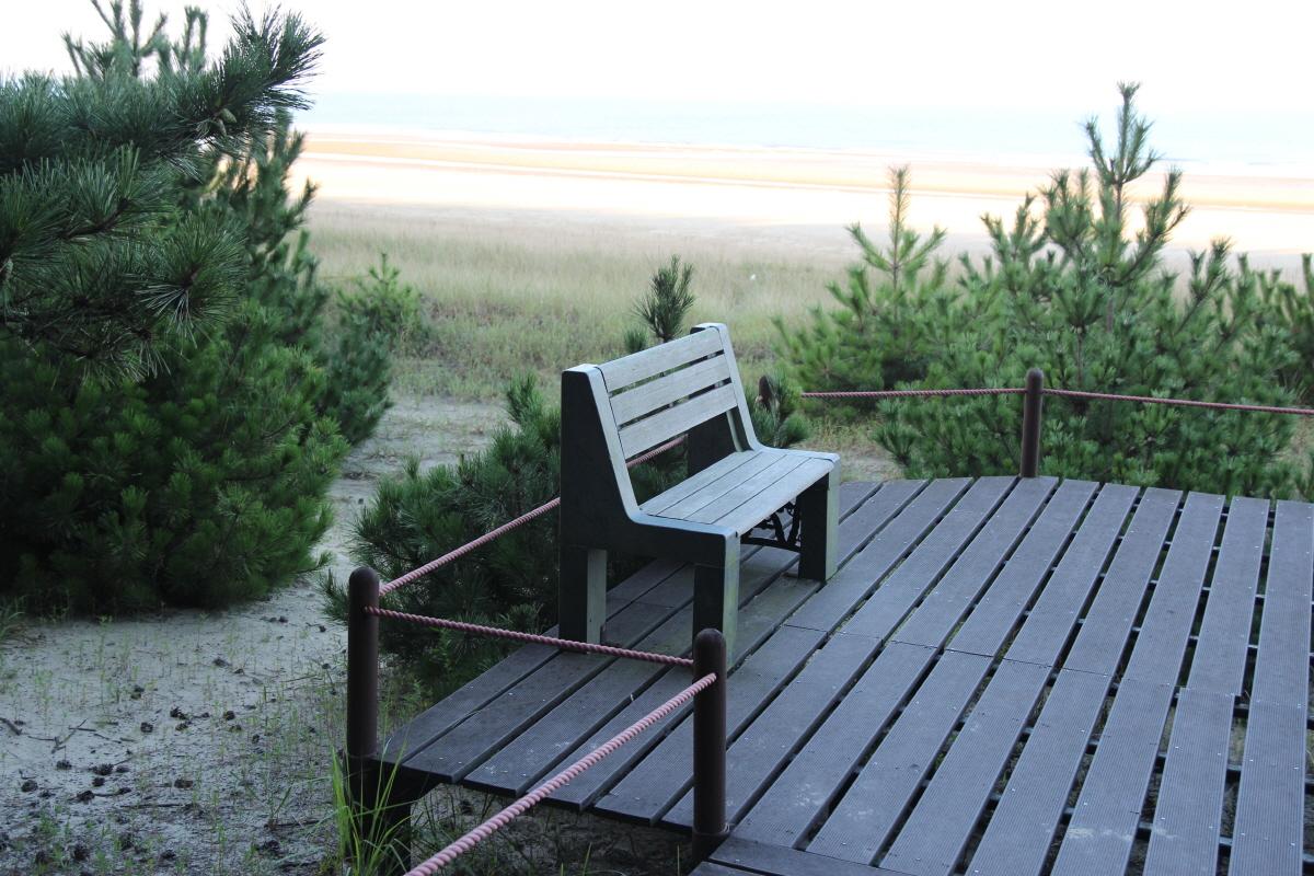 기지포의 한 전망대에 있는 긴 의자입니다. 바다와 숲을 한 눈에 볼 수 있는 위치입니다.