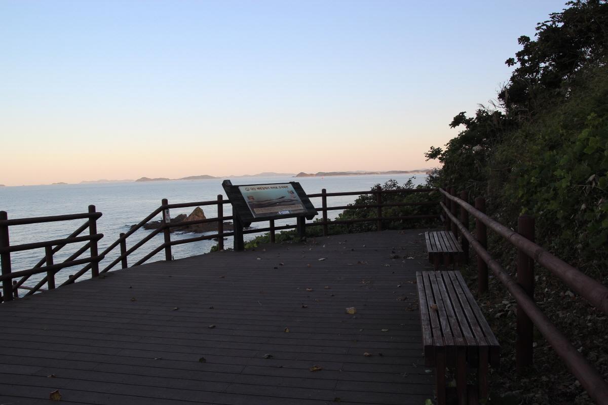 두여 해변과 밧개해변의 중간에 있는 산 언덕에 있는 두여전망대의 한적한 의자입니다. 높은 곳이어서 멀리까지 조망할 수 있는 곳입니다.