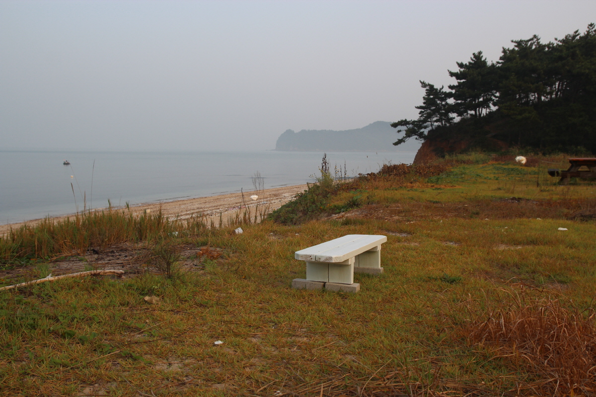 병술만에서 샛별 해변쪽으로 가다 만나는 바닷가의 예쁜 한 팬션 앞에 놓인 앙증맞은 의자입니다. 주인 몰래 살짝 쉬었다 왔습니다.