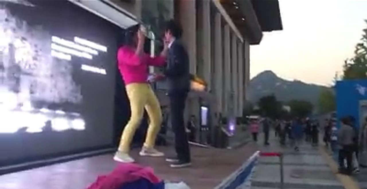 야마가타 트윅스터가 지난 21일 DMZ국제다큐영화제 개막식 축하공연 무대에서 공연 관계자의 제지를 받고 있다.