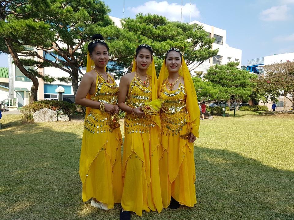 30일 오후 홍성군청 여하정에서는 국경을 넘어 더불어 사는 지역사회 공동체 만들기를 위한 '다문화 축제'가 열렸다. '다문화 축제'에서 인도 이주여성들이  공연을 준비중이다.