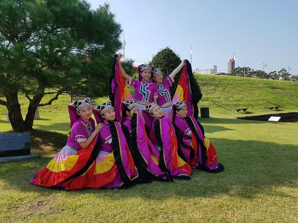 30일 오후 홍성군청 여하정에서는 국경을 넘어 더불어 사는 지역사회 공동체 만들기를 위한 '다문화 축제'가 열렸다. '다문화 축제'에서 중국 이주여성들이  공연을 연습을 하고 있다.