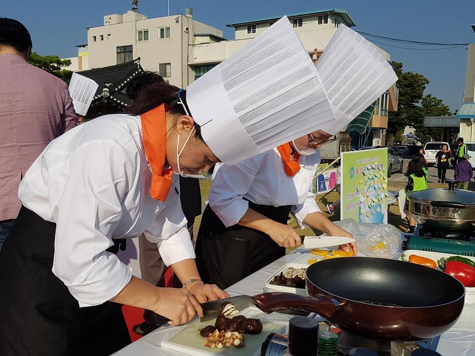30일 홍성군 여하정에서 열린 '다문화 축제'에서 요리경연대회에 참석한 이주여성들이 자신의 나라 요리만들기에 여념이 없다.