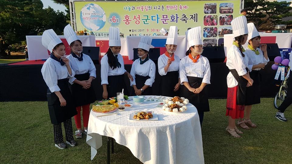 '다문화축제' 요리경연대회에 참가한 각 나라 결혼이주여성들이 요리를 마치고 심사를 기다리고 있다.