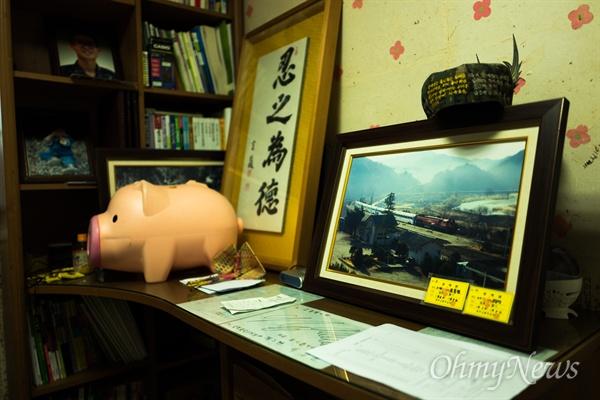 고 김대웅 일병(가명)은 기차를 좋아했다. 주인을 잃은 김 일병의 방에는 직접 찍은 기차와 철도 사진들이 가득 쌓여 있었다.