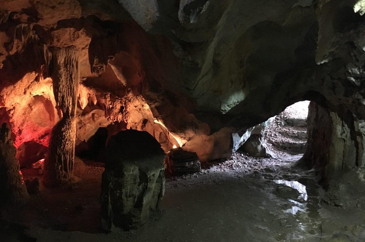 석회암 지대인 하롱베이의 섬들 안쪽에는 곳곳에 신비한 석회동굴 지형이 펼쳐진다.