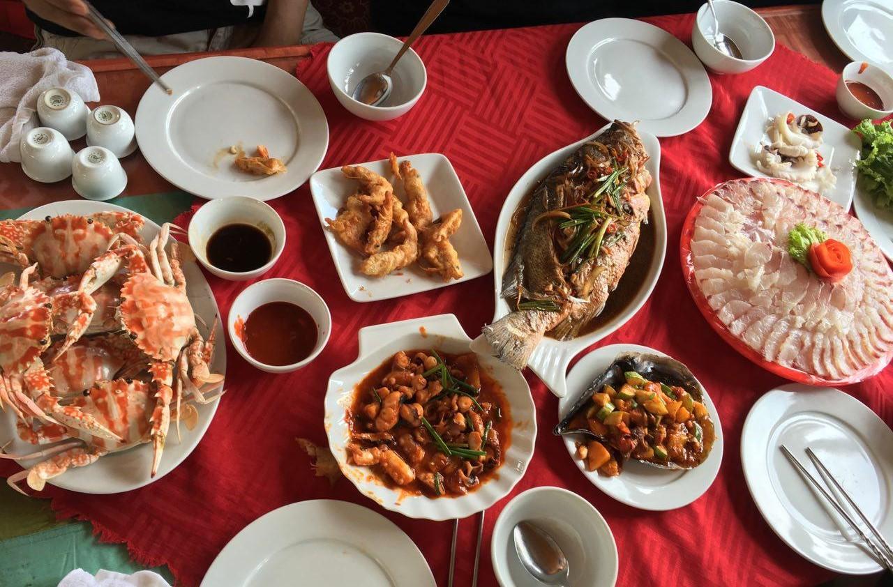 유람선 안에서 즐긴 싱싱한 해산물 점심은 여행의 즐거움을 더해주었다.