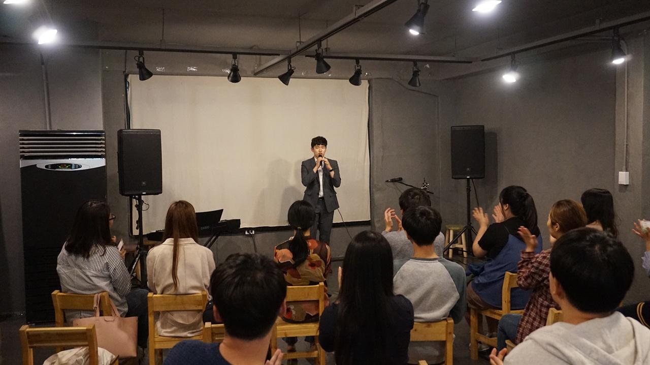 공유공간 팩토리얼에서 뮤지컬 배우겸 가수 더블제이가 노래를 부른 후 관객에게 환호성을 받고 있다.