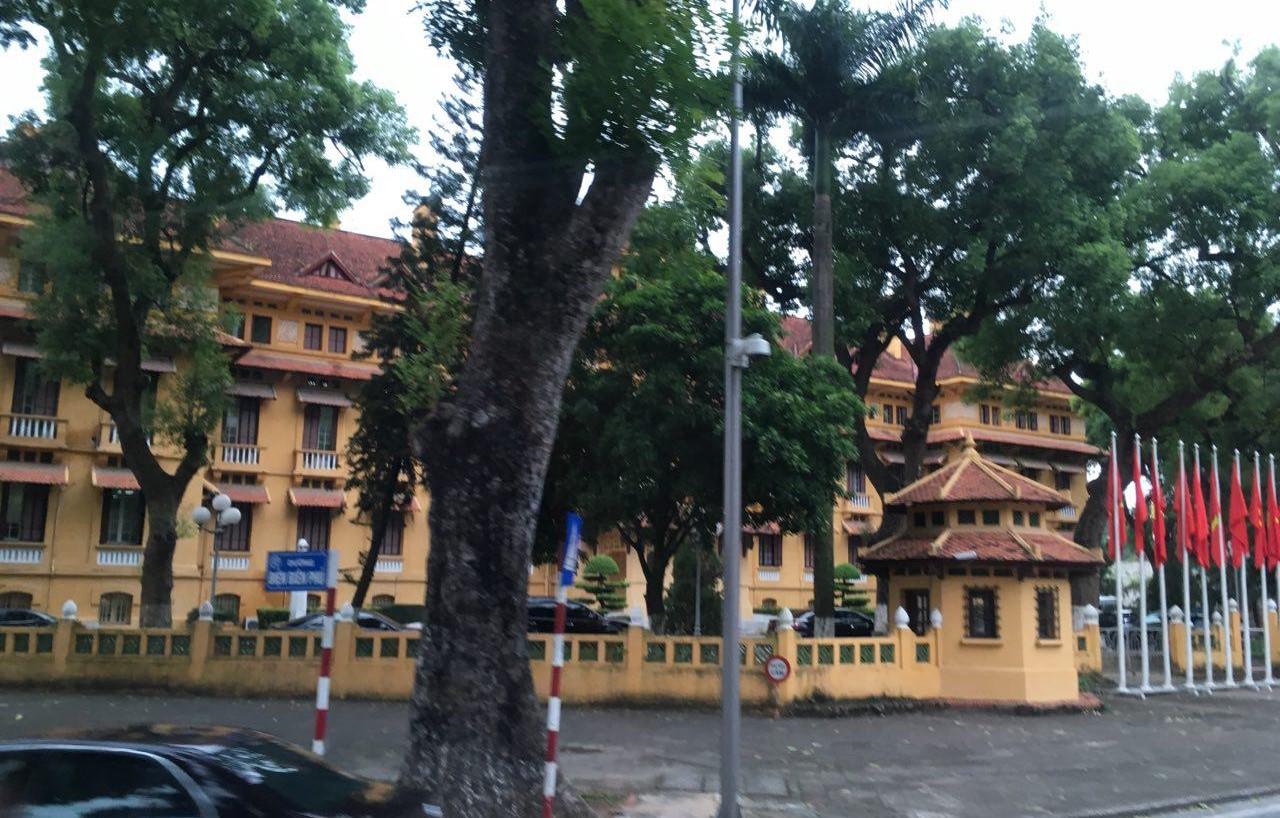 하노이 시내의 건물. 노란 벽에 붉은 지붕은 관공서의 상징이라고 한다.