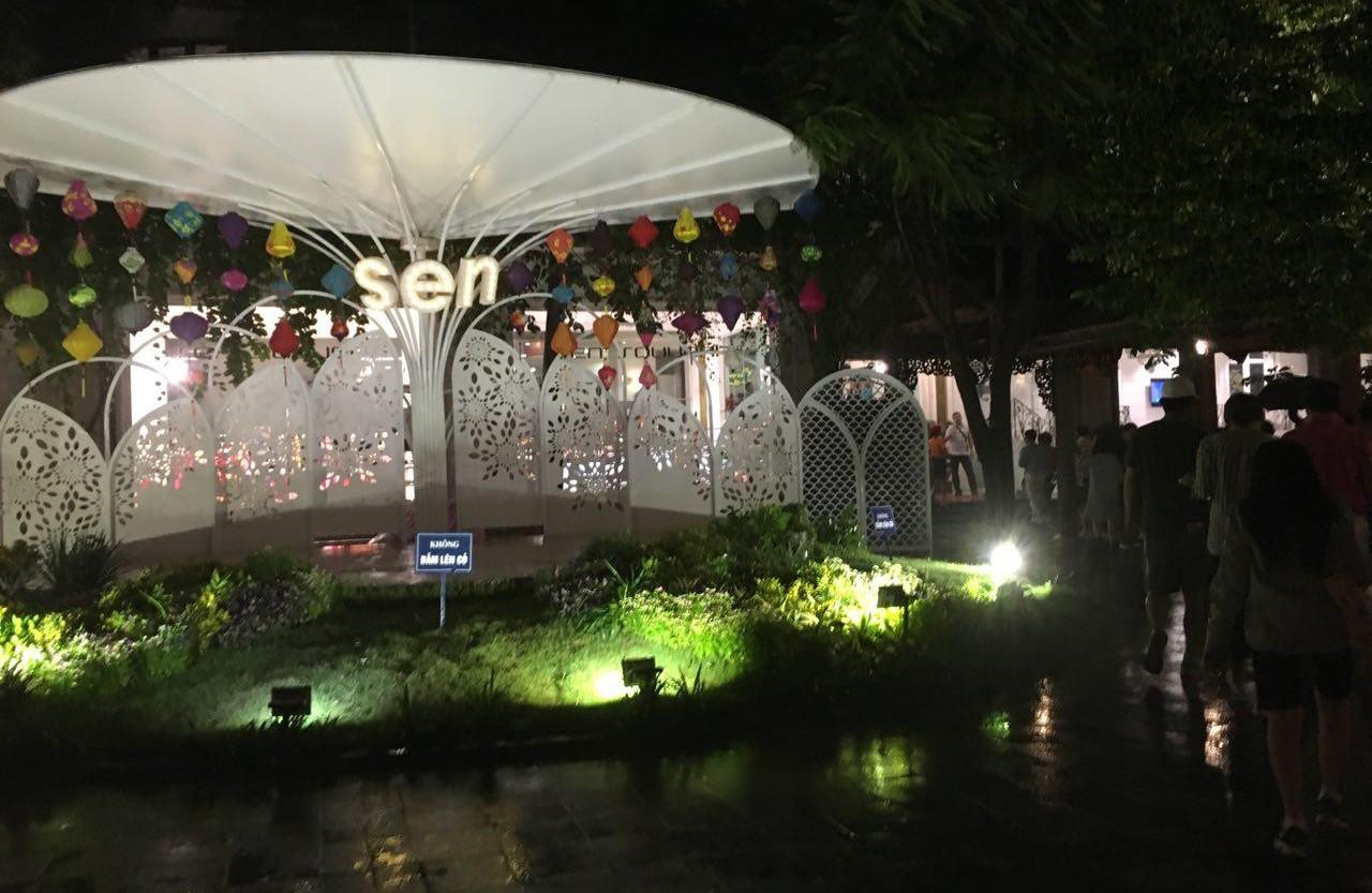 마지막 날 저녁식사를 한 센 레스토랑의 연못이 있는 정원. 한국보다 훨씬 저렴한 가격(만오천원~이만원)에 괜찮은 부페식을 즐길 수 있었다.
