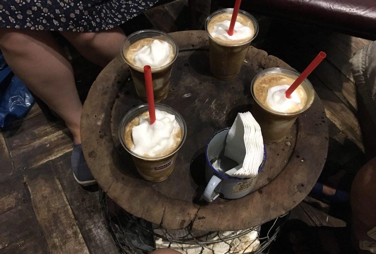 하노이 성요셉성당 앞 콩 카페(Cong Caphe)의 명물 코코넛 커피. 연유 대신 코코넛 밀크 슬러시를 듬뿍 넣어 아이스크림처럼 달고 시원했다.