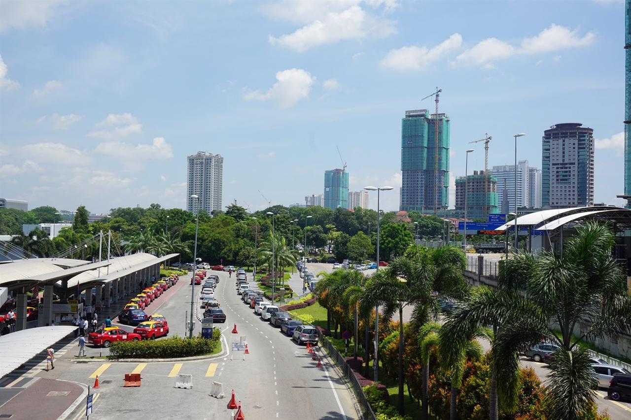 싱가포르 인접지역에 위치한 말레이시아 조호르바루(Johor Bahru). 중국자본의 투자로 대규모 빌딩들이 건설되고 있다.