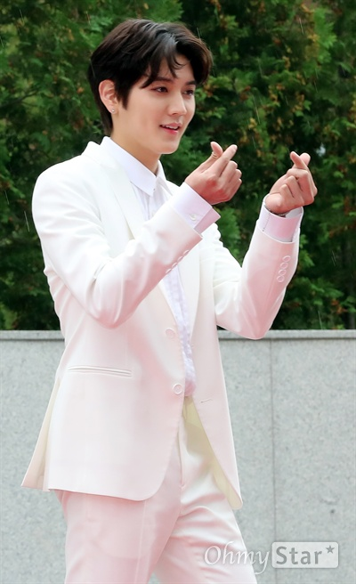 뉴이스트w, 대세의 하트 뉴이스트w가 1일 오후 서울 고척동 고척스카이돔에서 열린 <2017 코리아 뮤직 페스티벌> 레드카펫에서 포즈를 취하고 있다.