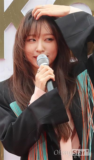 EXID 하니, 괴롭히는 비바람 뚫고 EXID의 하니가 1일 오후 서울 고척동 고척스카이돔에서 열린 <2017 코리아 뮤직 페스티벌> 레드카펫에서 포즈를 취하고 있다.