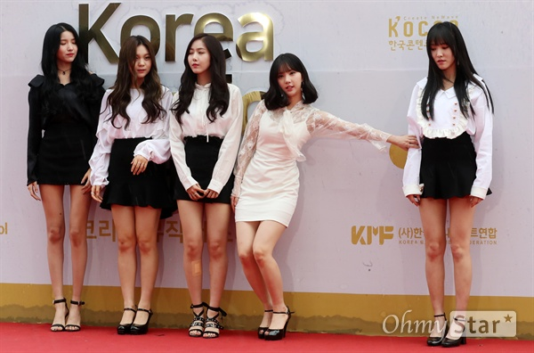 여자친구, 친구야 이리와! 여자친구가 1일 오후 서울 고척동 고척스카이돔에서 열린 <2017 코리아 뮤직 페스티벌> 레드카펫에서 포즈를 취하고 있다.