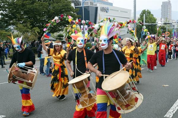 10월 1일 오후 창원에서 열린 다문화축제 맘프의 퍼레이드.