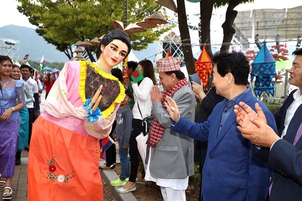 10월 1일 오후 창원에서 열린 다문화축제 맘프의 퍼레이드에 참석한 안상수 창원시장이 인사하고 있다.