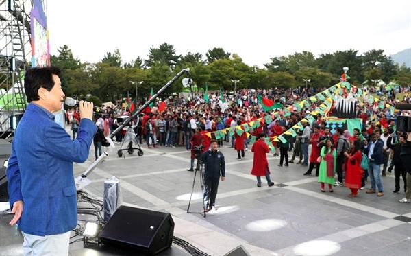 10월 1일 오후 창원에서 열린 다문화축제 맘프의 퍼레이드에서 안상수 창원시장이 인사말을 하고 있다.