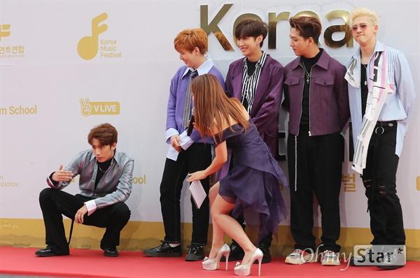 B1A4 보러 들어와! B1A4가 1일 오후 서울 고척동 고척스카이돔에서 열린 <2017 코리아 뮤직 페스티벌> 레드카펫에서 포즈를 취하고 있다.