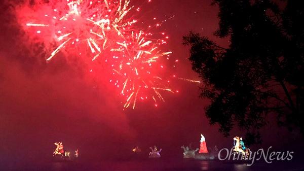 10월 1일 저녁에 벌어진 진주남강유등축제 불꽃놀이.