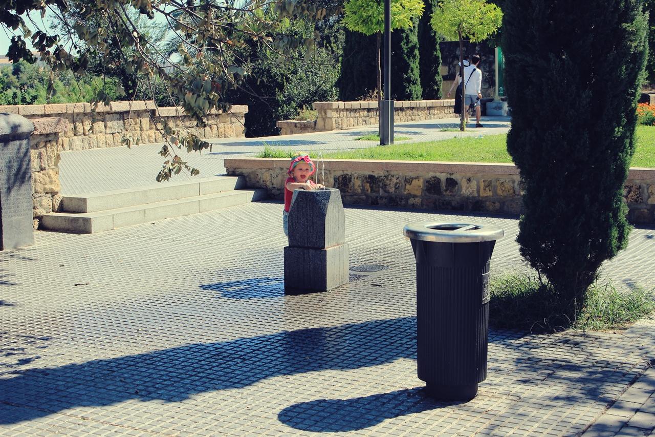 물을 마시는 아이 한 아이가 거리 식수대에서 물을 마신고 있다