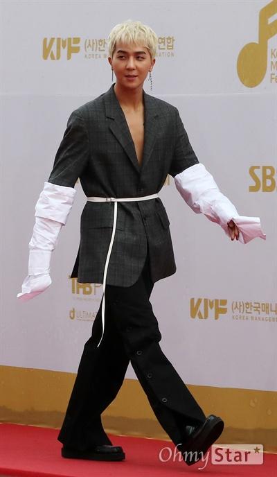 위너, 뭐라 말하기 힘든 패션 위너가 1일 오후 서울 고척동 고척스카이돔에서 열린 <2017 코리아 뮤직 페스티벌> 레드카펫에서 포즈를 취하고 있다.