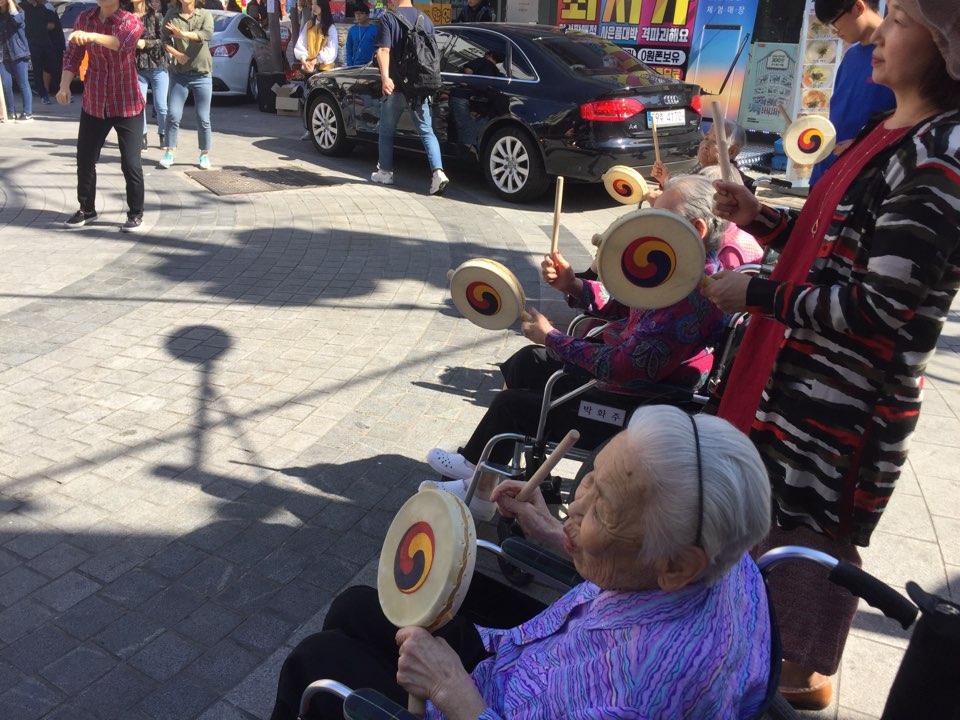 소고를 연신 두들기시는 할머니들.