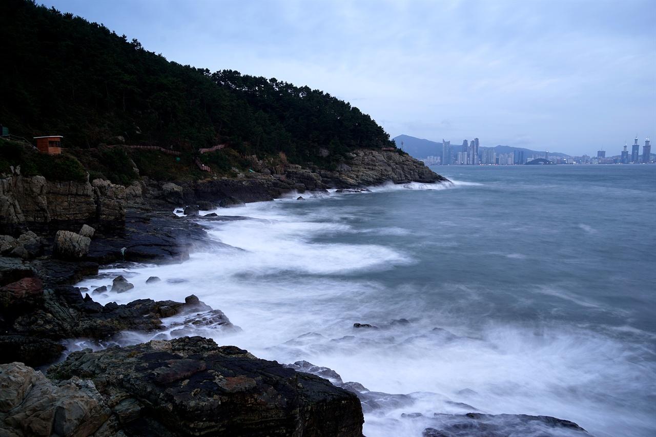 해파랑길, 하얀 파도와 멀리 해운대 풍경