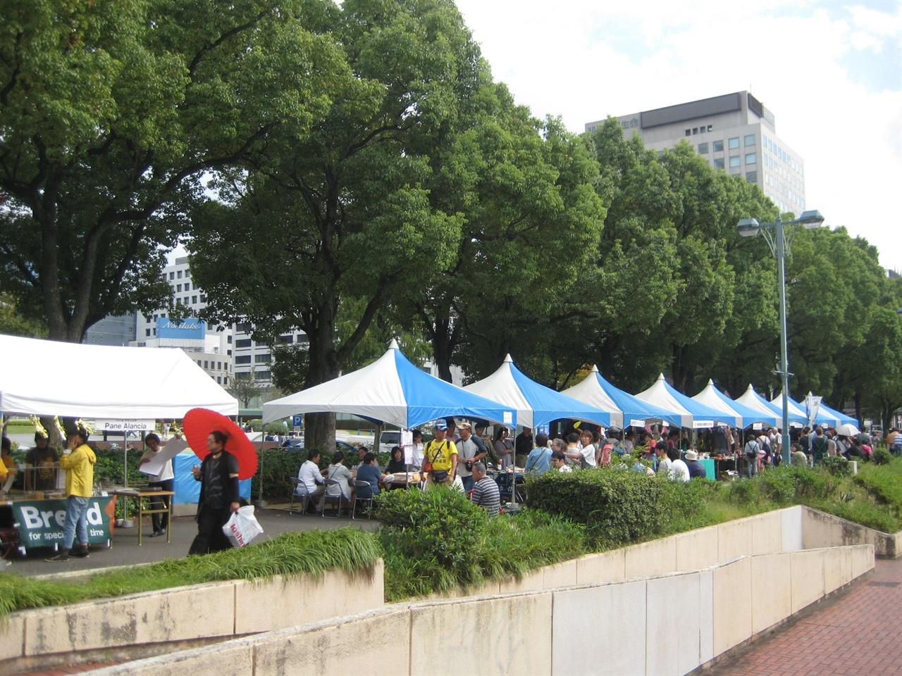 '2017 바람에 몸을 싣고 교류마당' 행사장에는 다양한 먹거리, 교류, 홍보를 위한 부스가 있다