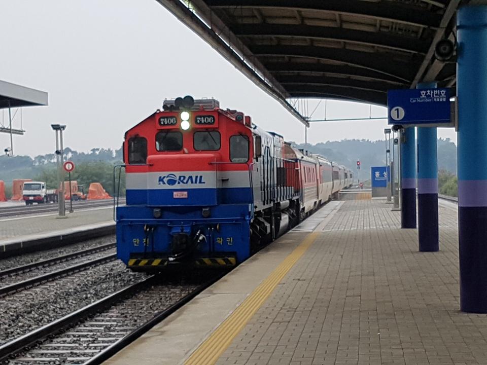 추석을 이틀앞둔 2일 오전 귀성객을 실은 열차가 홍성역에 도착하고 있다.